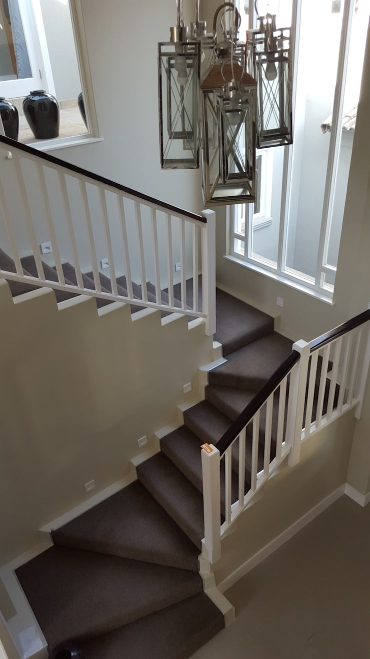Plush carpet on corner staircase:  Floors by Flooring Projects, Classic