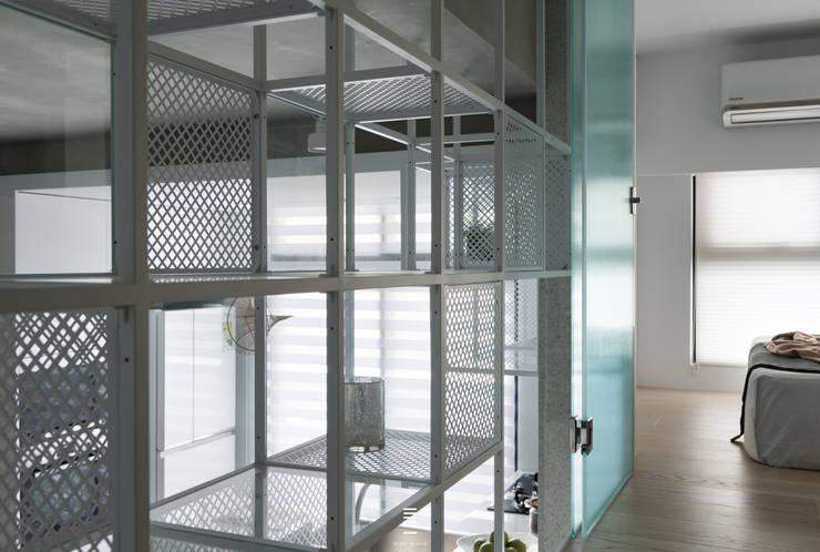 構築。童框 現代風玄關、走廊與階梯 根據 質覺制作設計有限公司 現代風