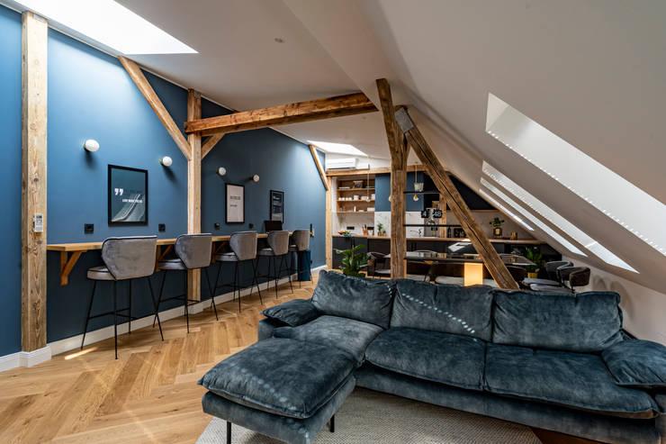 Indigo blue velvet sofa: modern  von Ivy's Design - Interior Designer aus Berlin,Modern Textil Bernstein/Gold