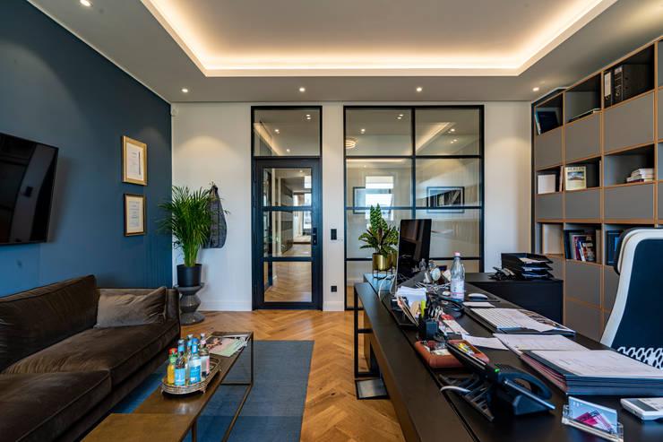 Black working desk: modern  von Ivy's Design - Interior Designer aus Berlin,Modern Holz Holznachbildung