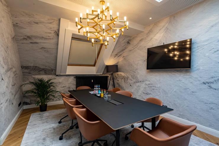 Brass golden chandelier: modern  von Ivy's Design - Interior Designer aus Berlin,Modern Eisen/Stahl