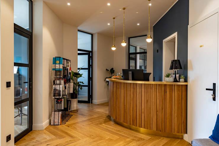 Round reception area desk: modern  von Ivy's Design - Interior Designer aus Berlin,Modern Holz Holznachbildung