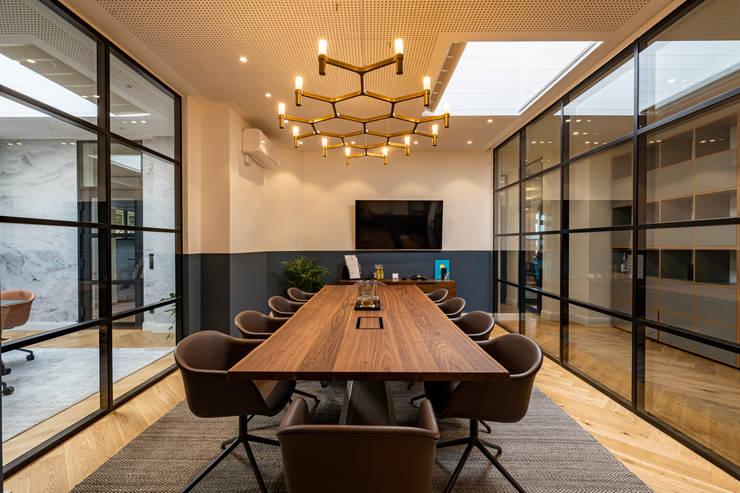 Brown mid century leather conference room chairs Moderne Bürogebäude von Ivy's Design - Interior Designer aus Berlin Modern Holz-Kunststoff-Verbund