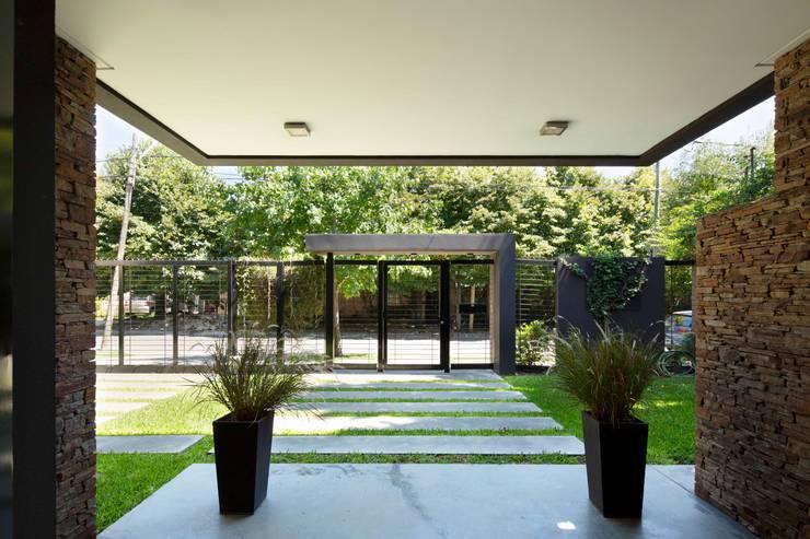 Corridor & hallway by Carbone Arquitectos, Modern