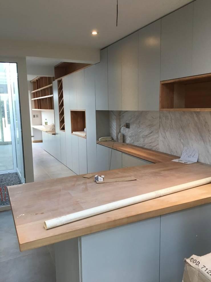 cocina lacada  cliente  lo curro stgo.  :  de estilo industrial por erick cerda, Industrial Madera Acabado en madera