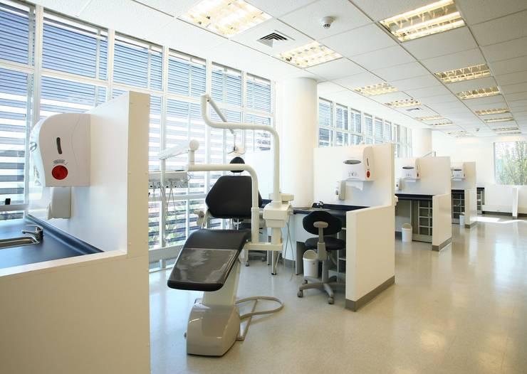 Laboratorio Odontologia U.Chile Oficinas y bibliotecas de estilo moderno de GB Arquitectura Moderno