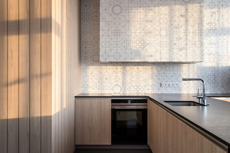 Sonyachna Brama Modern kitchen by Lugerin Architects Modern Ceramic