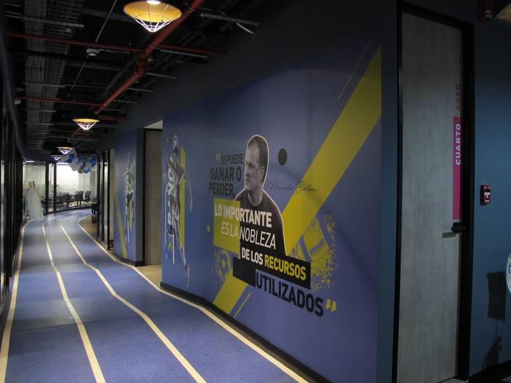 Corredor principal - acceso a baños Pasillos, vestíbulos y escaleras de estilo industrial de Proyecto Decc S.A.S. Industrial