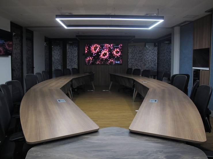 Sala de juntas y videoconferencias. Salas de estilo industrial de Proyecto Decc S.A.S. Industrial Aglomerado