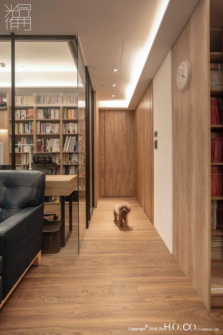 走廊 現代風玄關、走廊與階梯 根據 光合作用設計有限公司 現代風 複合木地板 Transparent