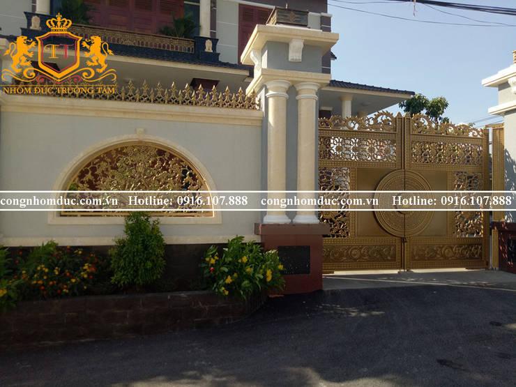 Cổng nhôm đúc sang trọng và đẳng cấp cho ngôi nhà: cổ điển  by Công ty TNHH Asuzac miền Bắc, Kinh điển Vàng bạc