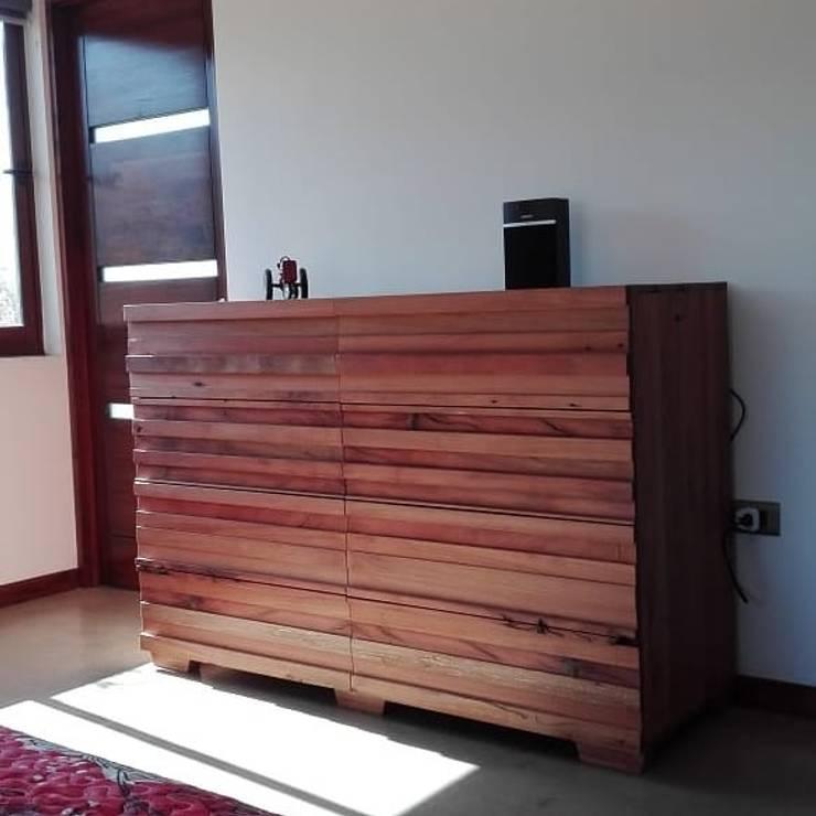 Cómoda Roble reciclado Dormitorios de estilo moderno de Taller Carpintería Massive Moderno Madera maciza Multicolor