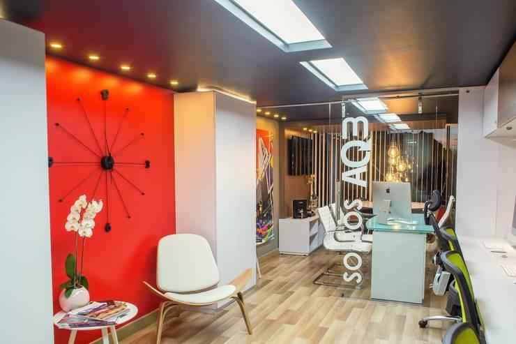 oficina Pasillos, vestíbulos y escaleras de estilo moderno de AQ3 COL SAS Moderno