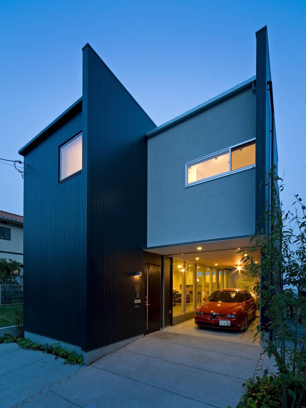 아끼는 자동차를 위한 세련된 차고가 있는 주택