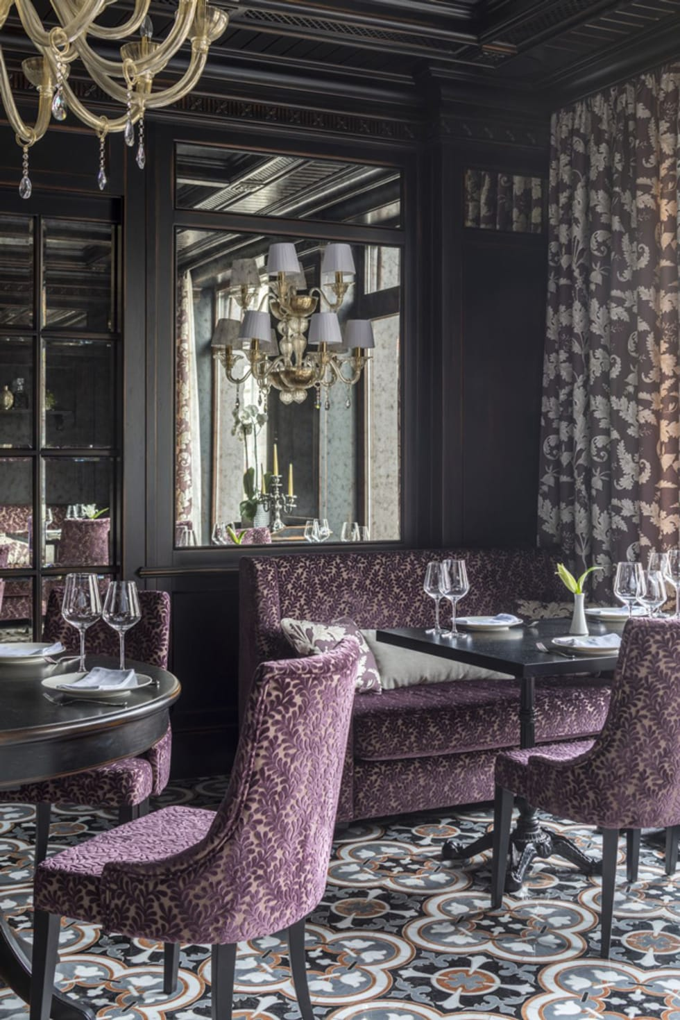 На фото - Французский ресторан в поселке «Довиль» в Москве