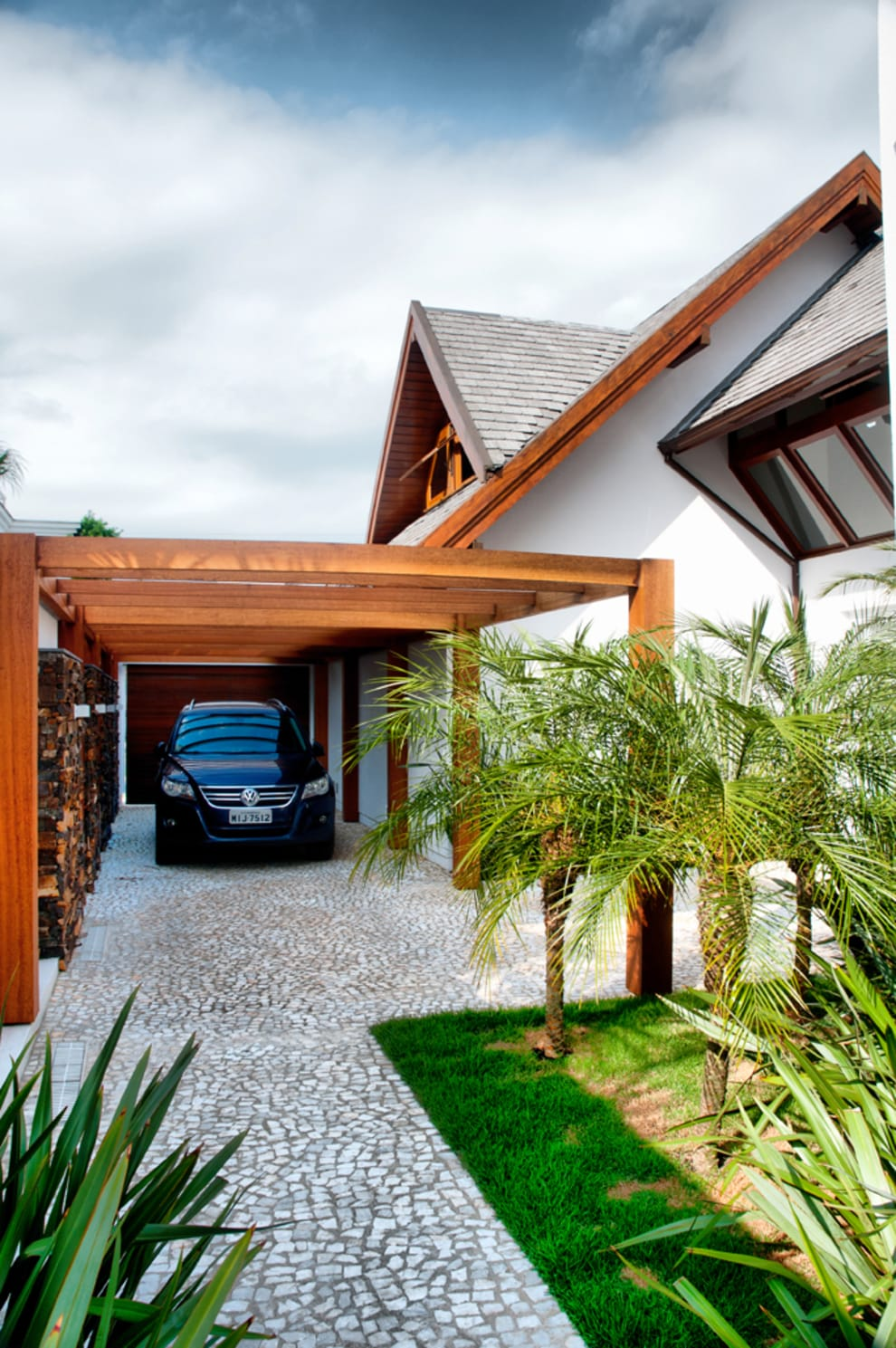PROJETO ARQUITETÔNICO FACHADA E INTERIOR DA RESIDÊNCIA PRUNER  (Fotos: Lio Simas): Jardins  por ArchDesign STUDIO