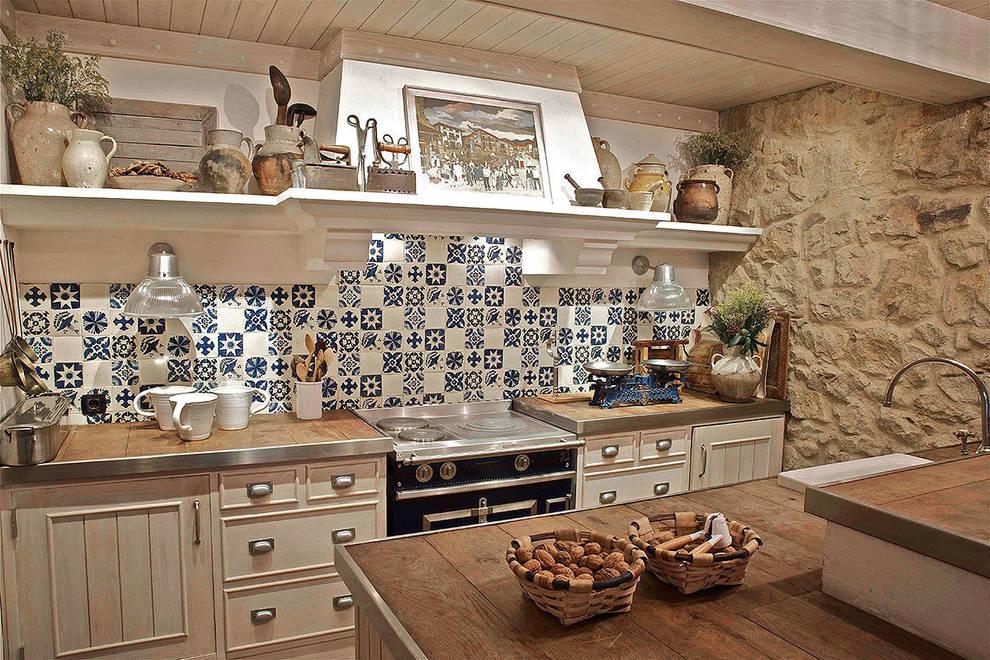 Cozinhas rústicas por URBANA 15