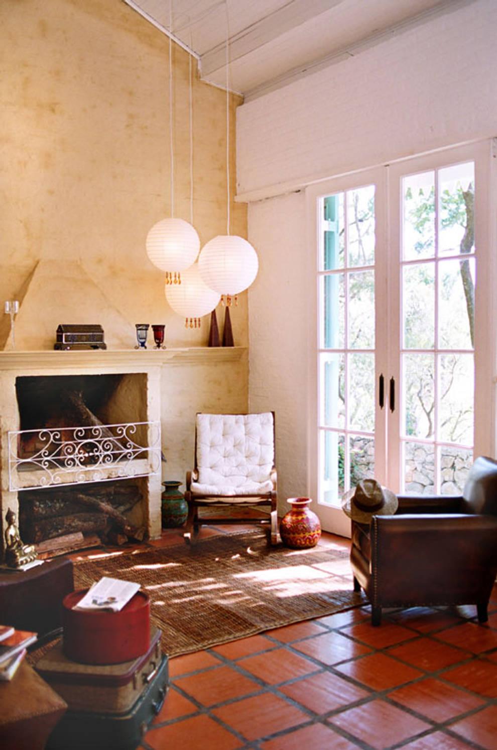 Sala da lareira: Salas de estar campestres por Célia Orlandi por Ato em Arte
