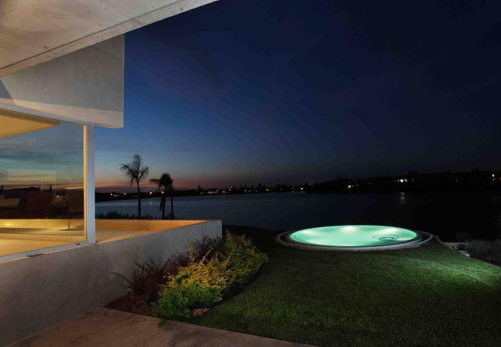 Casa del Cabo: Piletas de estilo  por Remy Arquitectos