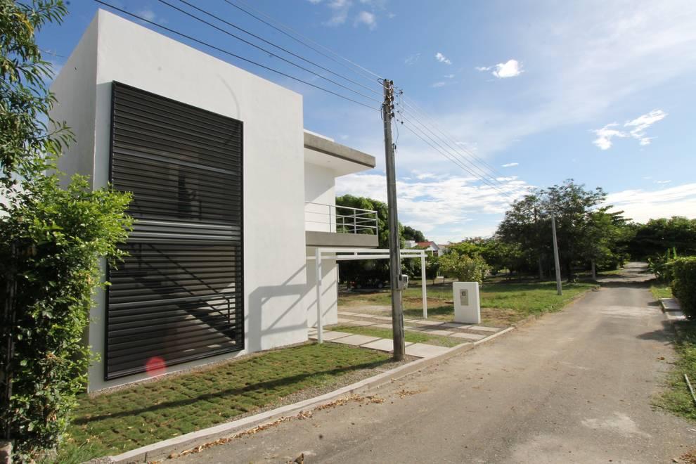 Maisons de style de style Moderne par Alzatto Arquitectos