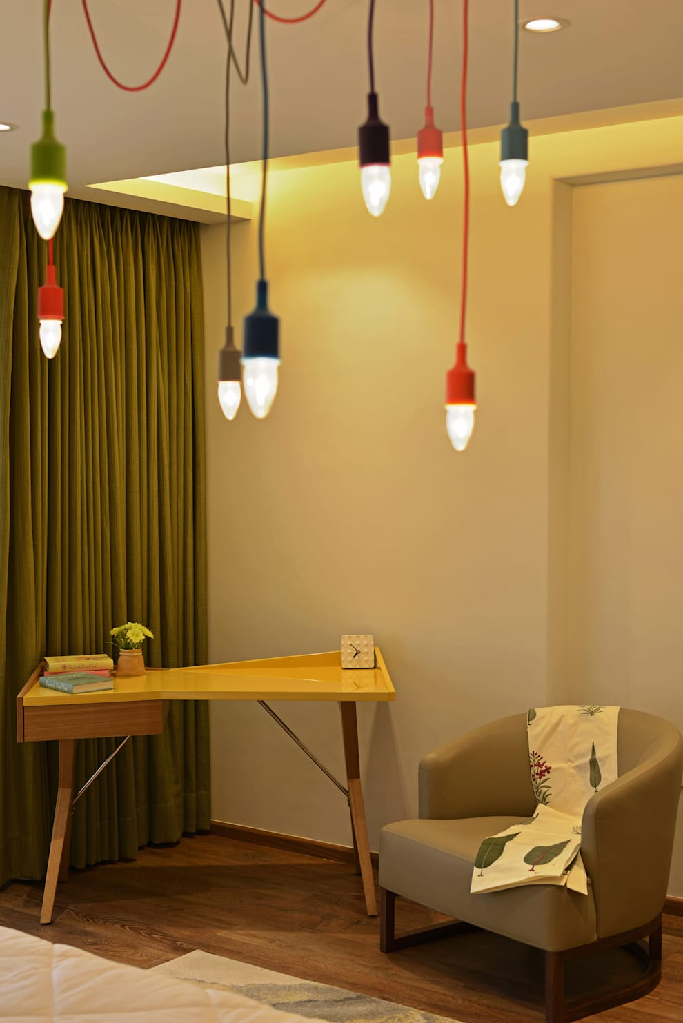 Showflat for Mahindra Lifespace:  Study/office by Aum Architects