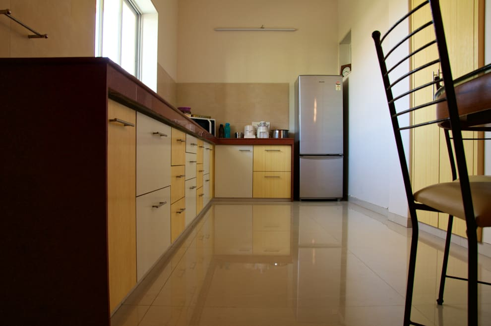 Bungalow in Bhuj:  Kitchen by Design Kkarma (India)