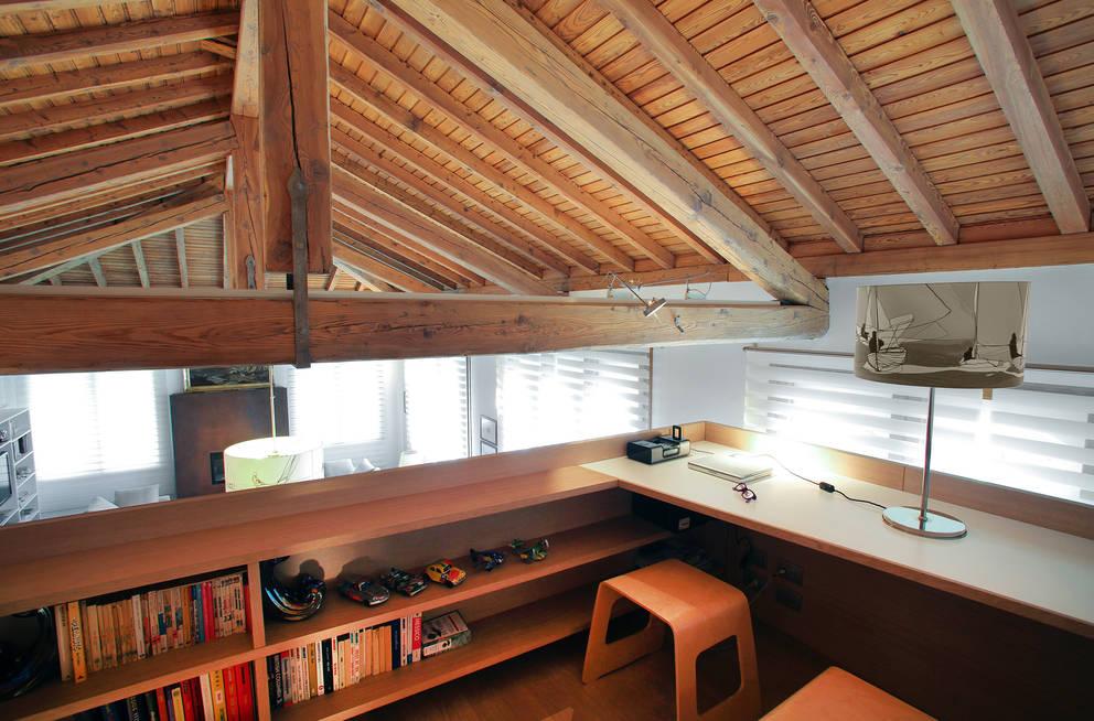uno studio in quota: Studio in stile  di isabella maruti architetto