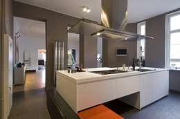 Apartment Berlin Wilmersdorf: moderne Küche von BERLINRODEO interior concepts GmbH
