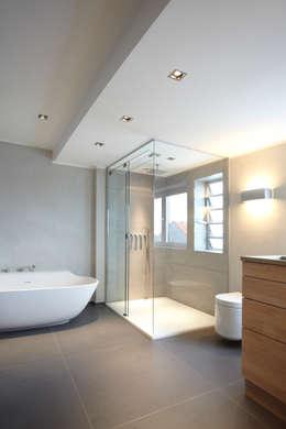 Bagno in stile in stile Moderno di Raumgespür Innenarchitektur Design
