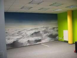 """Konferenzraum """" Über den Wolken """":  Bürogebäude von Wandmalerei & Oberflächenveredelungen"""