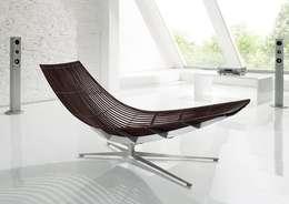Design-Liege mit elegantem Fuß in Edelstahl: moderne Wohnzimmer von KERN-DESIGN GmbH Innenarchitektur + Einrichtung