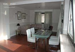 """""""Berlin"""" Wohnung: moderne Wohnzimmer von vanHenry interiors & colours"""