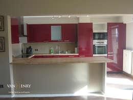 African way of life: moderne Küche von vanHenry interiors & colours