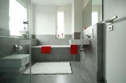 moderne Villa: moderne Badezimmer von Home Staging Cornelia Reichel