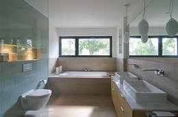 Baños de estilo  por  Design