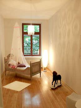 Musterwohnung in san. Altbau-Villa in Leipzig: klassische Kinderzimmer von wohnhelden Home Staging