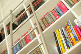 Home Office - exklusive Ausstattung - u.a. mit VITRA : moderne Wohnzimmer von tRÄUME - Ideen Raum geben