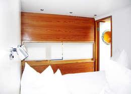 Mit dem Hausboot auf der Havel:  Schlafzimmer von ZappeArchitekten