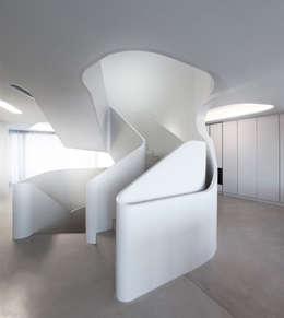 Pasillos y recibidores de estilo  por J.MAYER.H