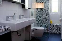 Baños de estilo moderno por Badkultur | Berlin