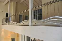 Vestíbulos, pasillos y escaleras de estilo  por Edelstahl Atelier Crouse - Stainless Steel Atelier