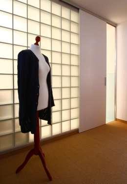 Badezimmertrennwand aus Glasbausteinen: moderne Ankleidezimmer von     tritschler glasundform