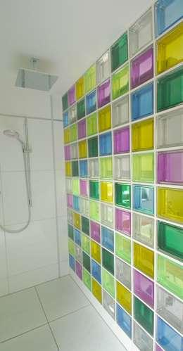 Duschwand aus bunten Glasbausteinen: moderne Badezimmer von     tritschler glasundform