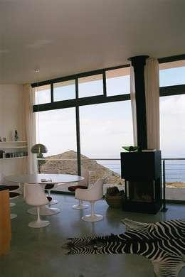 ARCHITEKTUR Haus Dr. Mertens:  Wohnzimmer von KAZANSKI . KEILHACKER  URBAN DESIGN . ARCHITEKTUR