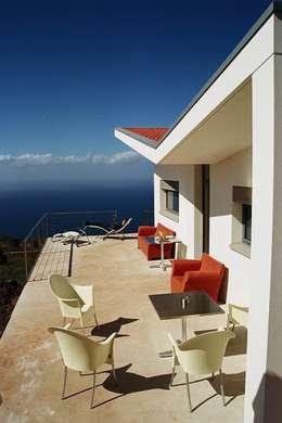 ARCHITEKTUR Haus Dr. Mertens:  Terrasse von KAZANSKI . KEILHACKER  URBAN DESIGN . ARCHITEKTUR