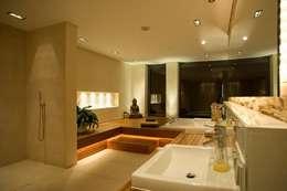 Salle de bains de style  par  ligthing & interior design