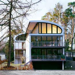 Ansicht von der Straße: moderne Häuser von homify