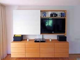 Medienwand in Kirschbaum und Glasschiebetür: moderne Wohnzimmer von LIGNUM Möbelmanufaktur
