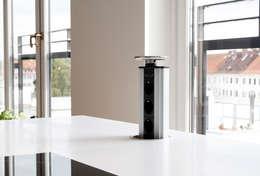 Einfahrbare Steckdosenleiste als Stromversorgung für den Mittelblock: moderne Küche von Plan W GmbH | Werkstatt für Räume