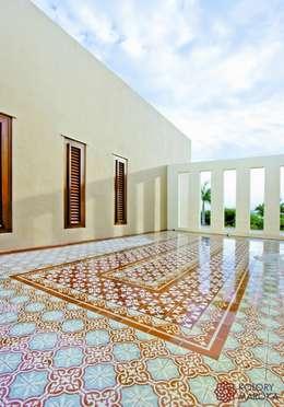 Aranżacje płytek cementowych w salach i na tarasach: styl , w kategorii Taras zaprojektowany przez Kolory Maroka